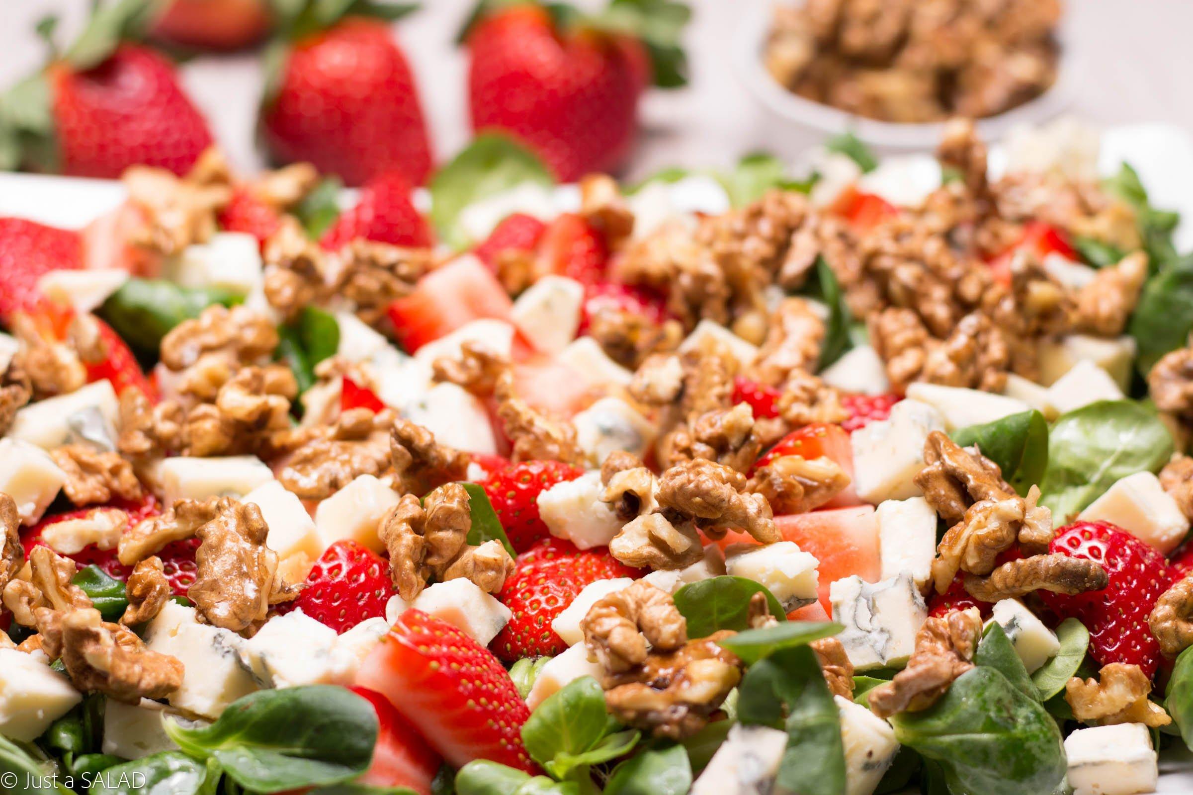 Sałatka z roszponką, truskawkami, serem z niebieską pleśnią i orzechami włoskimi