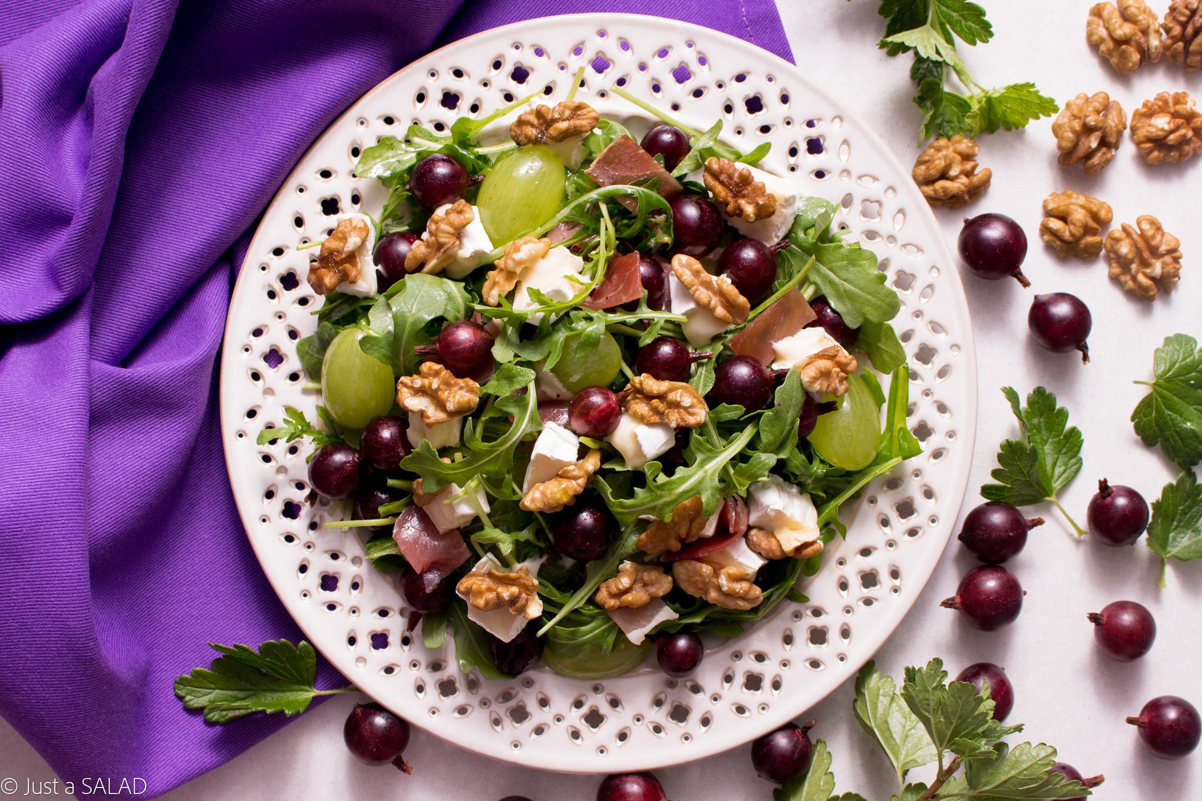 Sałatka z agrestem, winogronami, szynką dojrzewającą, serem camembert, orzechami włoskimi i rukolą.