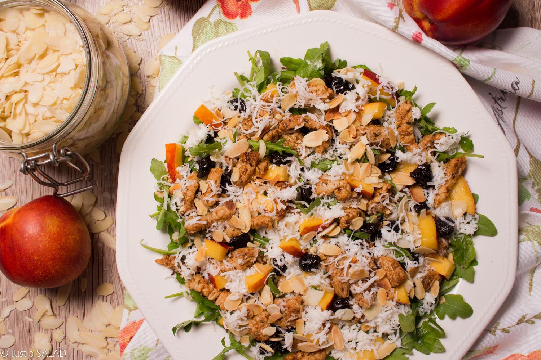 Sałatka z indykiem, kozim serem, nektarynką, suszoną wiśnią, płatkami migdałowymi i rukolą.