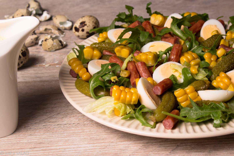 Sałatka z kabanosami, ogórkami konserwowymi, kukurydzą, jajeczkami przepiórczymi i rukolą.