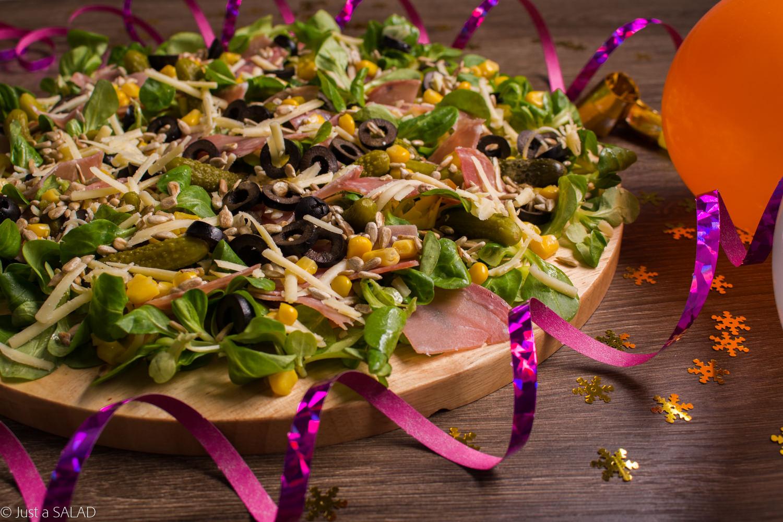 Sałatka z kindziukiem, cheddarem, roszponką, kukurydzą, czarnymi oliwkami, pestkami słonecznika i ogórkami konserwowymi.