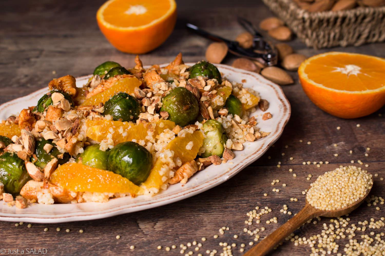 Sałatka z kaszą jaglaną, brukselką, kurczakiem, pomarańczami i migdałami.