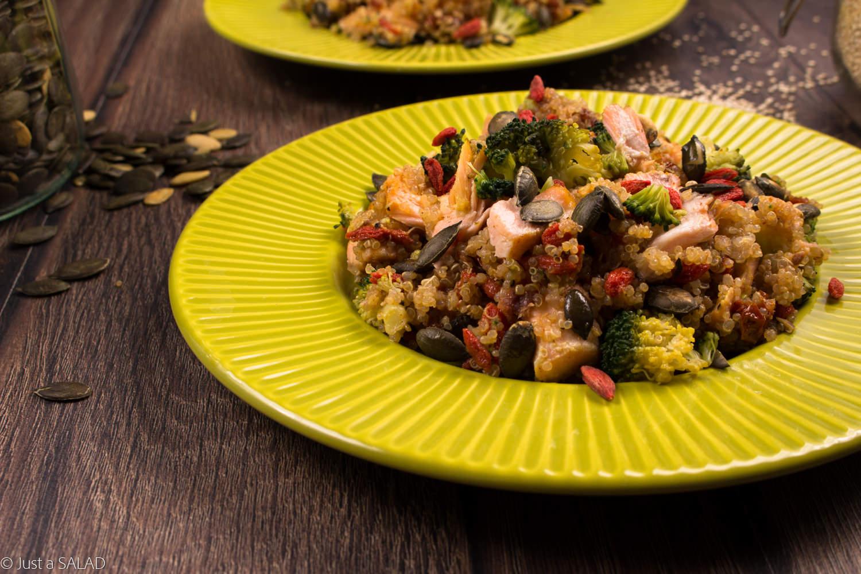 Sałatka z komosą ryżową, łososiem, suszonymi pomidorami, brokułami, owocami goji i pestkami dyni.