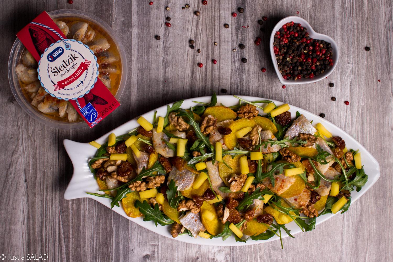 Sałatka z rukolą, śledziem, mango, ziemniakami, miechunką i orzechami włoskimi