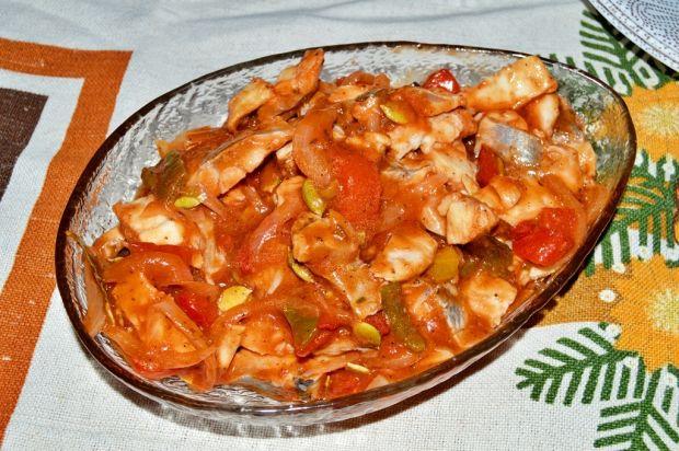 sledzie-w-sosie-pomidorowym-z-papryka-i-pestkami-441700