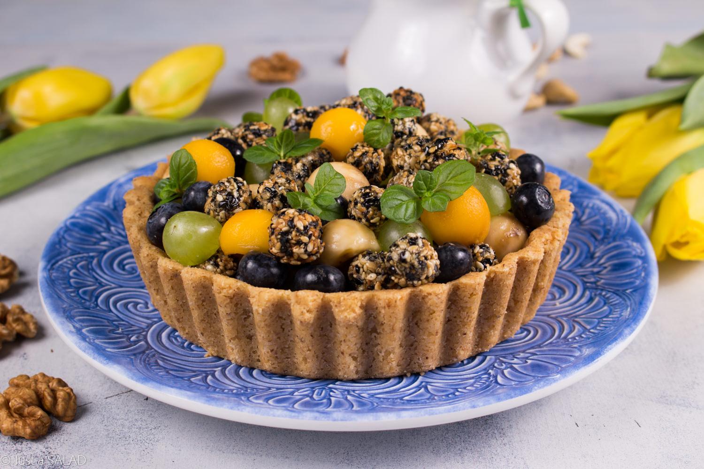 Sałatka owocowa z domowymi sezamkami i śmietanką z nerkowców.