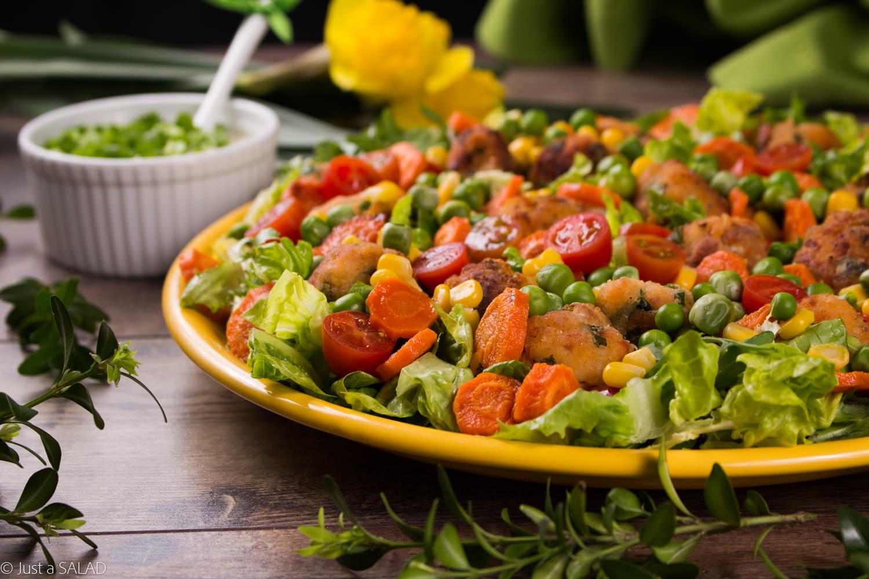 Sałatka z kotlecikami rybnymi, marchewką, kukurydzą, groszkiem i pomidorkami koktajlowymi.