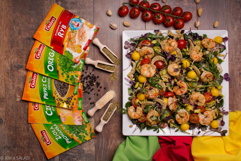 Sałatka z krewetkami, pomidorkami, domowym makaronem, mango, pistacjami, mixem sałat i przyprawami GALEO.