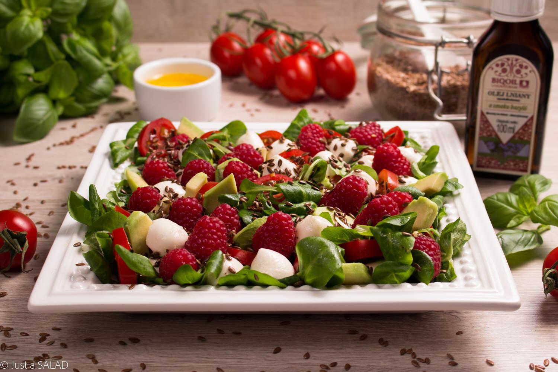 Sałatka z pomidorami, malinami, awokado i siemieniem lnianym.
