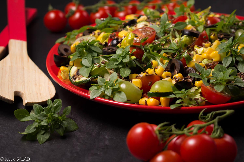 Sałatka z grillowaną cukinią, kukurydzą, oliwkami, pomidorkami, winogronami, siemieniem lnianym i bazylią.