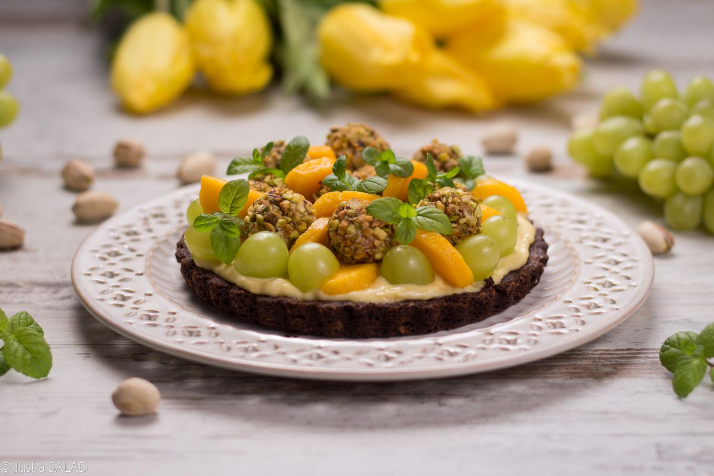 Sałatka owocowa na wafelkowym talerzyku z serkiem o smaku mango.