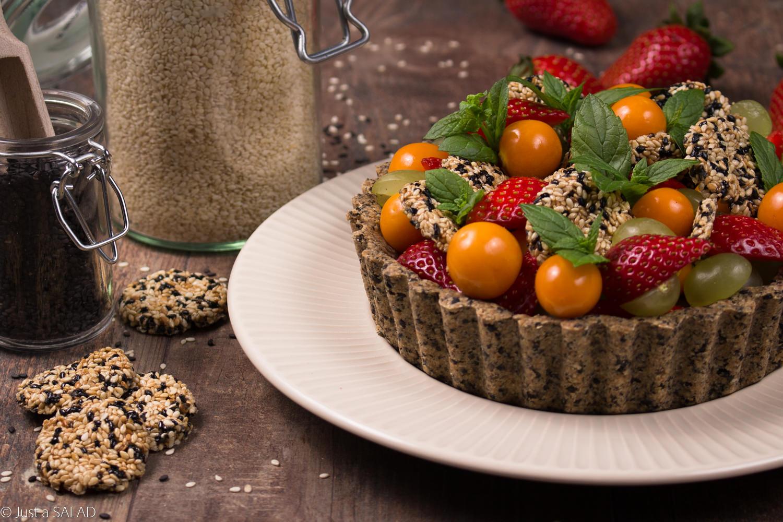 Sałatka owocowa na sezamowej miseczce z domowymi sezamkami i śmietanką z nerkowców.
