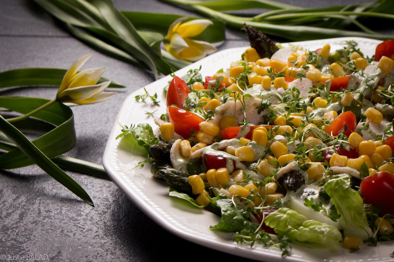 Sałatka z jajkami, indykiem, pomidorkami, kukurydzą, szparagami i rzeżuchą.