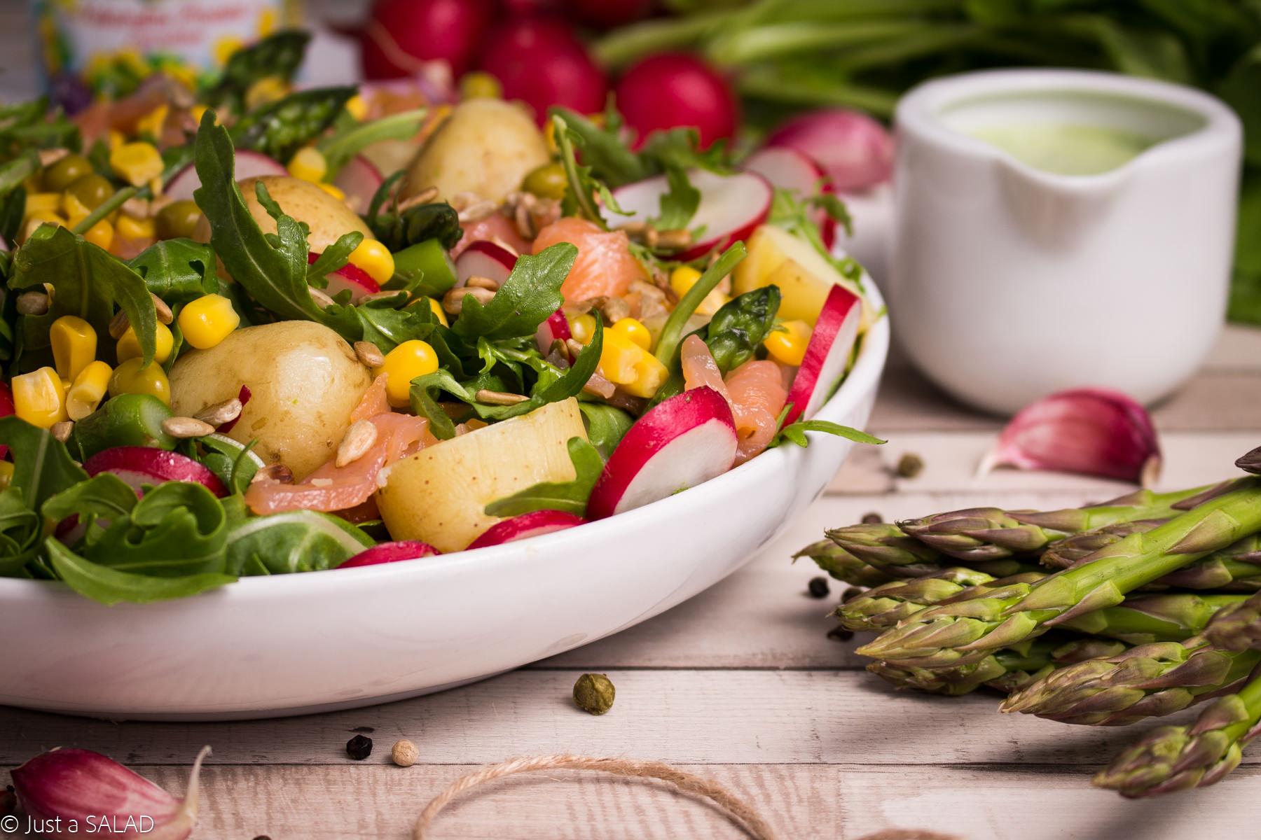 Sałatka z ziemniakami, szparagami, rzodkiewką, łosiem wędzonym oraz kukurydzą i groszkiem Bonduelle z sosem z liści rzodkiewki.