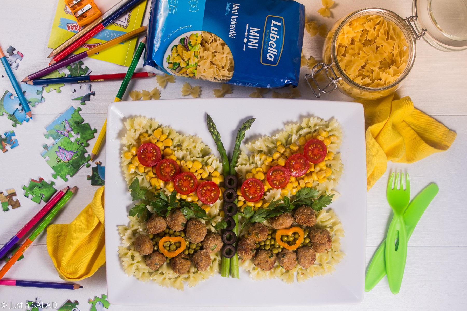 Sałatka w kształcie motylka z makaronem Mini kokardki, kotlecikami z indyka i kolorowymi warzywami.