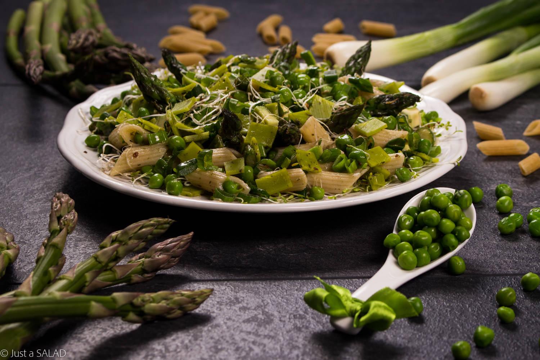 Sałatka z makaronem, szparagami, zielonym groszkiem, awokado, żółtym serem, kiełkami lucerny i szczypiorkiem.