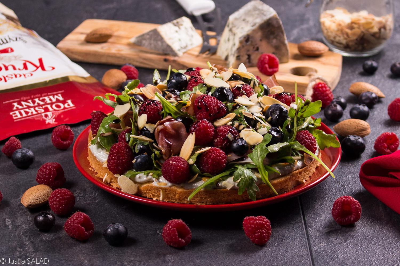 Wytrawna sałatka z borówkami i malinami, na słodkim, kruchym spodzie.