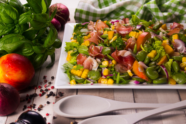 Sałatka z bobem, szynką dojrzewającą, kukurydzą, nektarynkami i czerwoną cebulą.