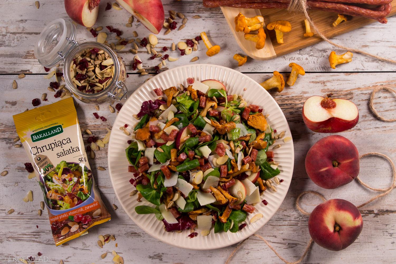 CHRUPIĄCE KURKI. Sałatka z kurkami, kabanosami, parmezanem, brzoskwiniami paraguayo oraz bakaliami.