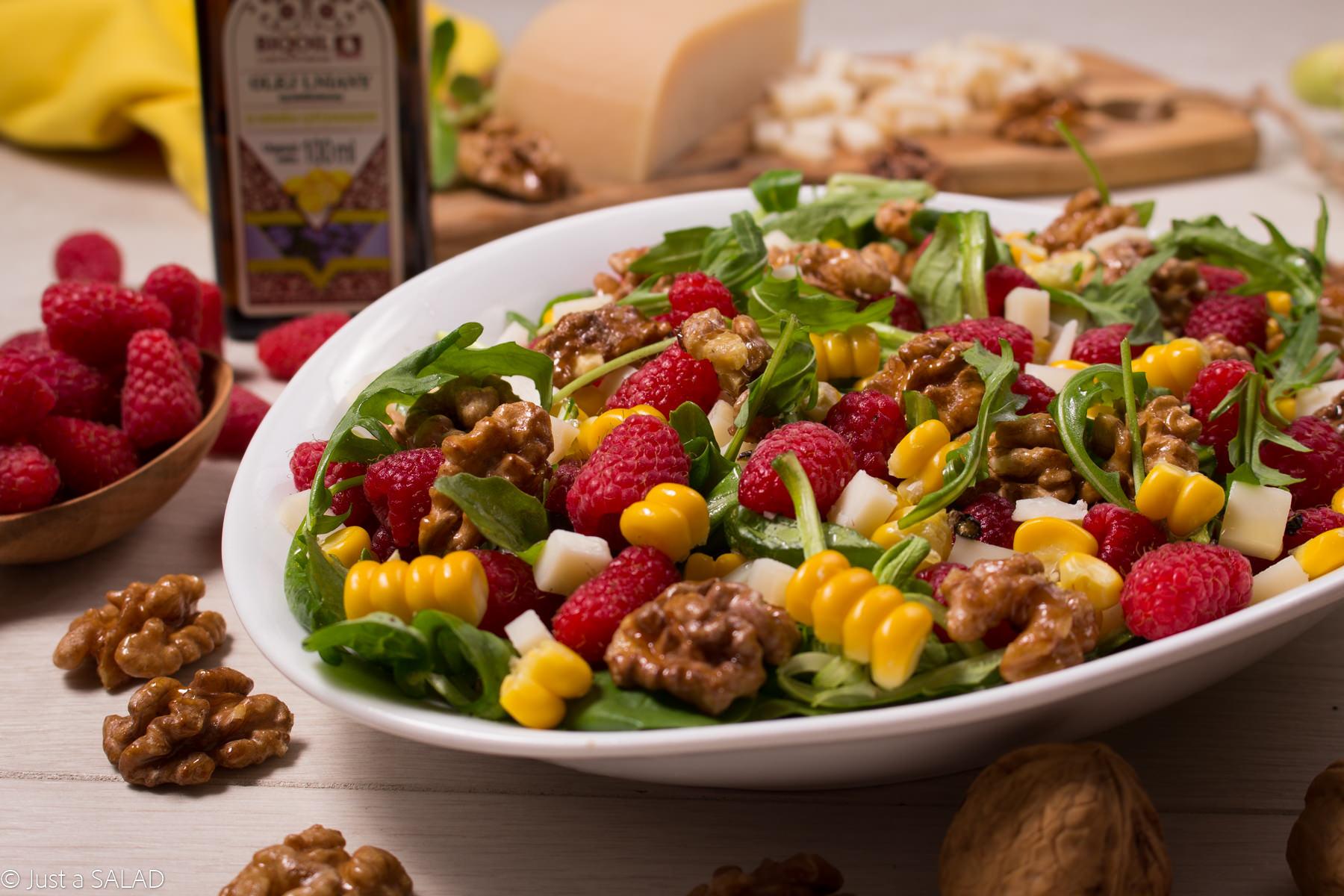 Sałatka z rukolą, malinami, kukurydzą, karmelizowanymi orzechami oraz olejem lnianym o smaku cytryny BIOOIL.