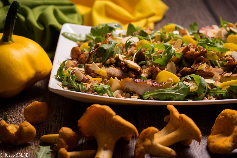 Sałatka z kurkami, grillowanym kurczakiem, patisonami, płatkami migdałowymi, kaszą gryczaną i rukolą.
