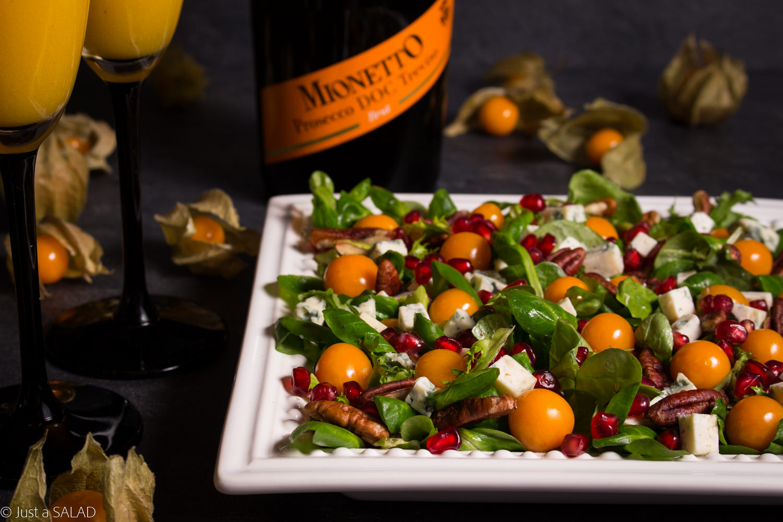 MUSUJĄCY DUET. Sałatka z miechunką, granatem, niebieskim serem orzechami pekan oraz dressingiem na bazie Mionetto Prosecco podana z owocowym drinkiem musującym.