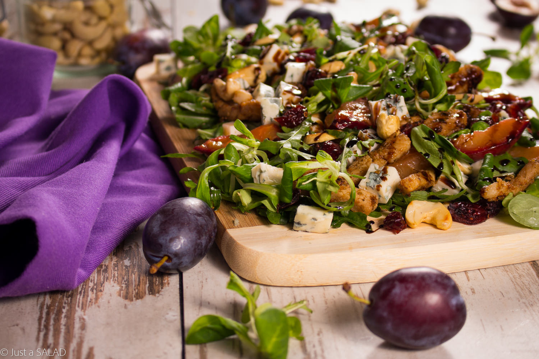 SCHAB Z ŚLIWKĄ. Sałatka ze schabem, balsamicznymi śliwkami, niebieskim serem, nerkowcami i roszponką.
