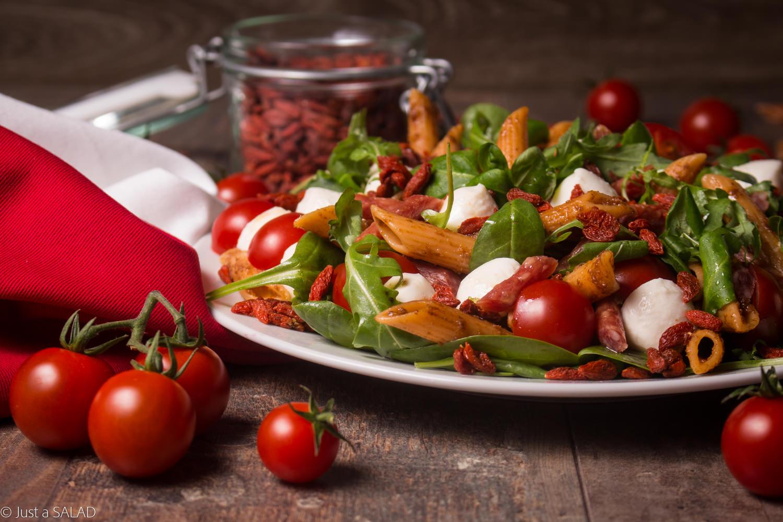 BIAŁO-CZERWONI. Sałatka z makaronem, kabanosami, mixem sałat, mozzarellą, pomidorkami i owocami goji.
