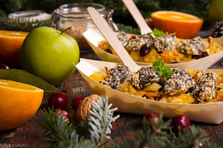 ŚWIĄTECZNY STREET FOOD. Sałatka z kiszonej kapusty, marchewki, jabłka, pomarańczy, suszonej żurawiny, cebuli z dressingiem z curry, podana z kurczakiem w makowo-sezamowej panierce.