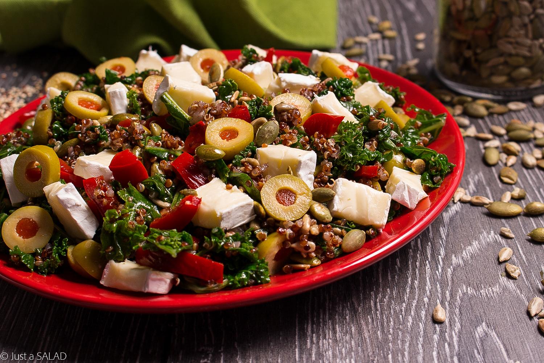 PAPRYKOWY JARMUŻ. Sałatka z komosą ryżową, papryką konserwową, serem camembert, oliwkami oraz paprykowym dressingiem.