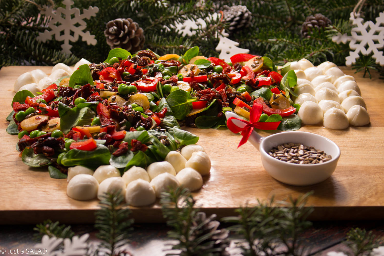 SKARPETA ŚWIĘTEGO MIKOŁAJA. Sałatka z roszponką, papryką, mozzarelli, owocami goji, groszkiem zielonym, pietruszką i nasionkami ostropestu.