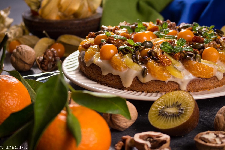DIAMENTOWY TALERZYK. Słodka sałatka z miechunką, mandarynkami, złocistym kiwi oraz karmelizowanymi bakaliami podana na dyniowym talerzyku z kremem chałwowym.