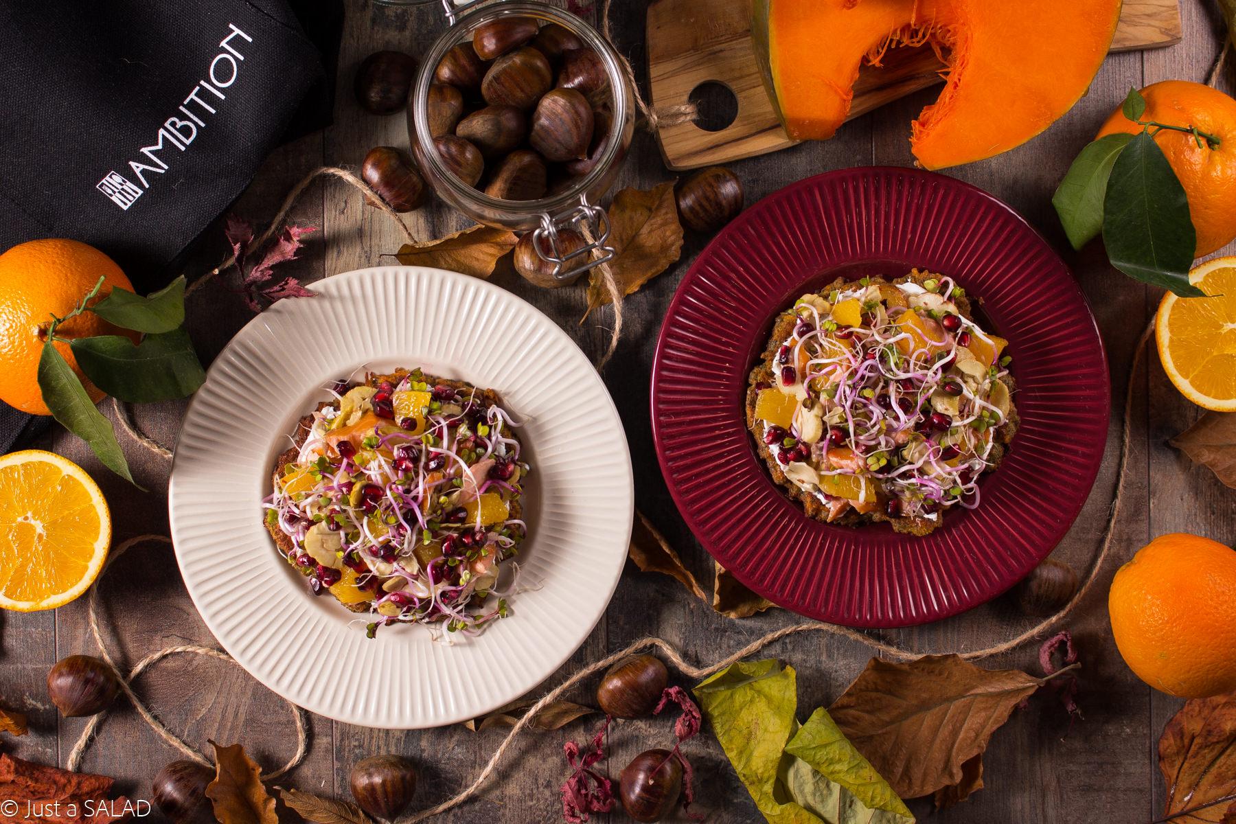 ZDROWA JESIEŃ NA TALERZU. Sałatka z łososiem wędzonym, kiełkami rzodkiewki, pomarańczami, granatami i kasztanami, podana na placuszkach z dyni i kozim serkiem.