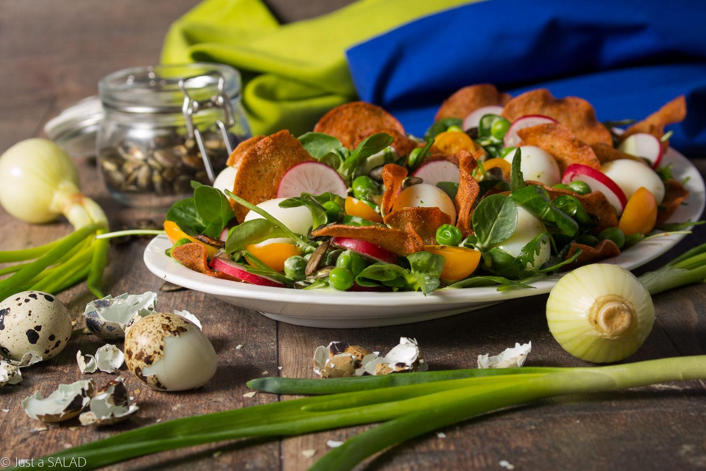 CEBULKOWA PRZEKĄSKA. Sałatka z groszkiem, rzodkiewką, pomidorkami, jajkami przepiórczymi, pestkami dyni i mięsnymi chipsami.