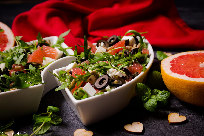 CZUJĘ MIĘTĘ. Sałatka z grejpfrutem, fetą, czarnymi oliwkami, pestkami dyni i słonecznika oraz miętowym dressingiem.