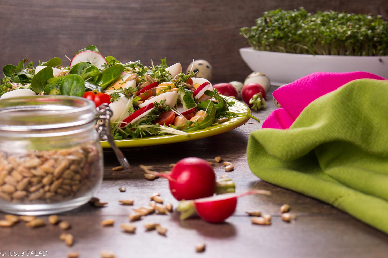 JAJECZKA Z RZEŻUCHĄ. Przepyszna sałatka wielkanocna z jajeczkami przepiórczymi, rzeżuchą, pestkami słonecznika i warzywami: ogórkiem, rzodkiewkami, pomidorkami i cieciorką