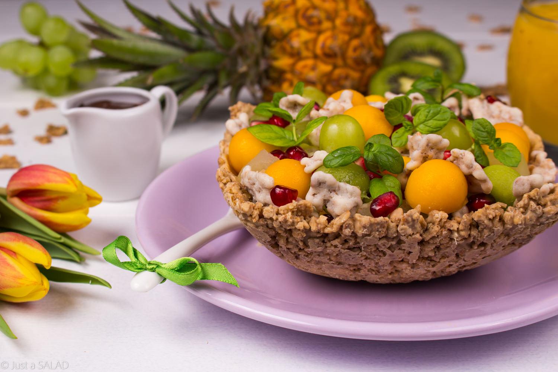 SŁODKA TAJEMNICA. Sałatka owocowa z osoem czekoladowym w miseczce z płatków śniadaniowych.