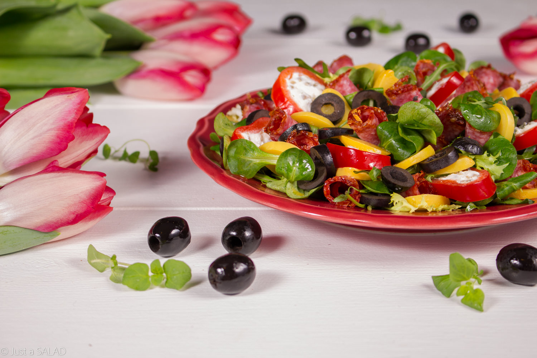 WIOSENNY PODRYW. Przepyszna sałatka z salami @sokolowpl w pomidorowej obsybce, patisonami, czarnymi oliwkami, papryką nadziewaną serem feta i pestkami słonecznika oraz rukolą.