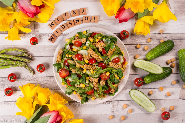 WITAJ WIOSNO! Sałatka z makaronem, pastą z ciecierzycy i kolorowymi warzywami