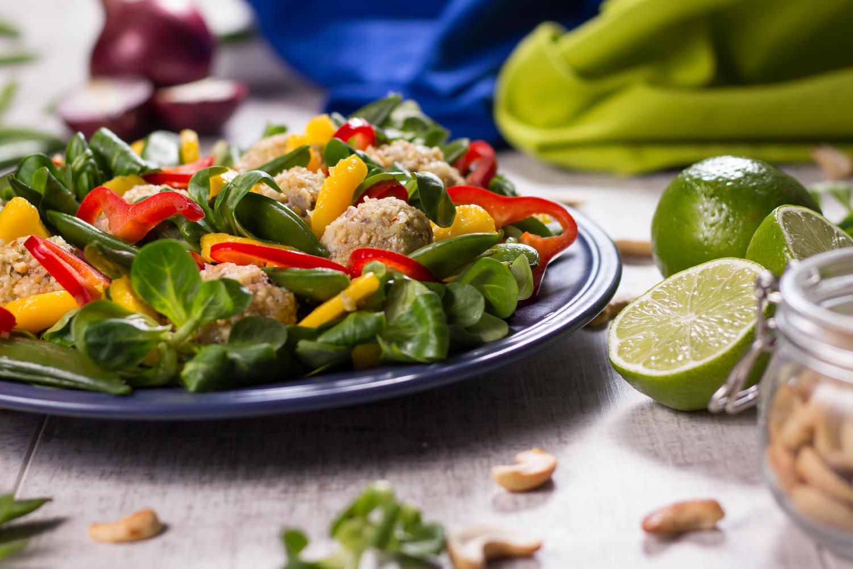 ŚLEDZIK NA KAŻDĄ OKAZJĘ. Egzotyczna sałatka z kulami ze śledzia, awokado, cebuli i nerkowców oraz mango, papryką i groszkiem cukrowym.