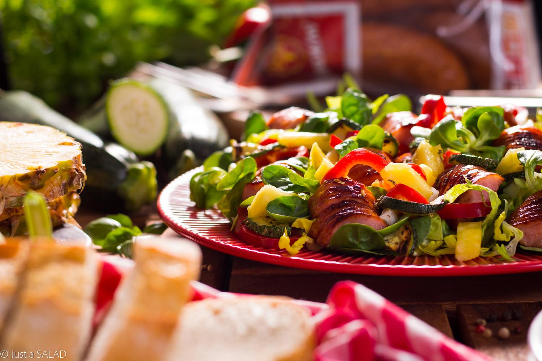 GRILL Z BROCKĄ. Sałatka z kolorowymi warzywami oraz Kiełbasą Brocką prosto z rusztu.