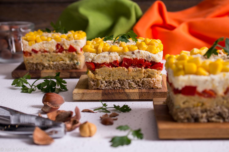 SOLIDNY GRUNT. Sałatka na chlebie z masłem ziołowym, pasztetem warzywnym, papryką, jajkami i kukurydzą.