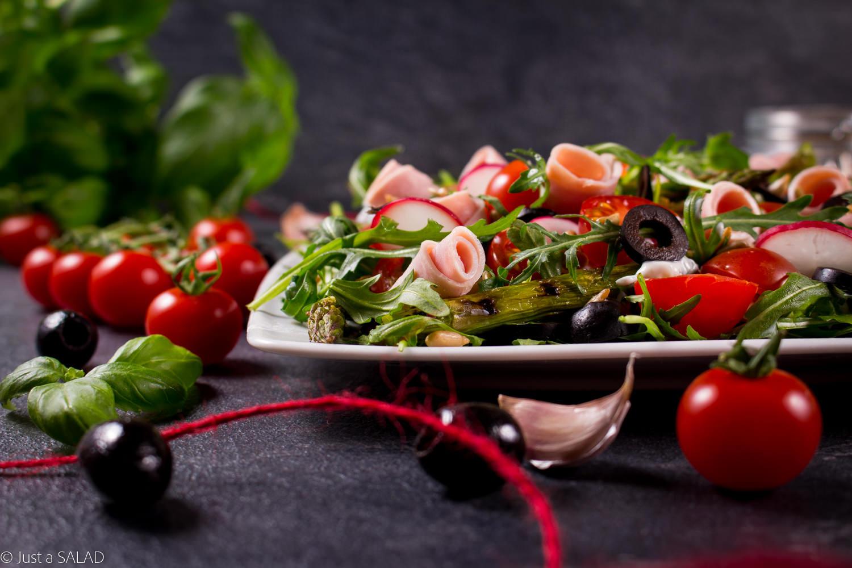 Sałatka z szynką włoską