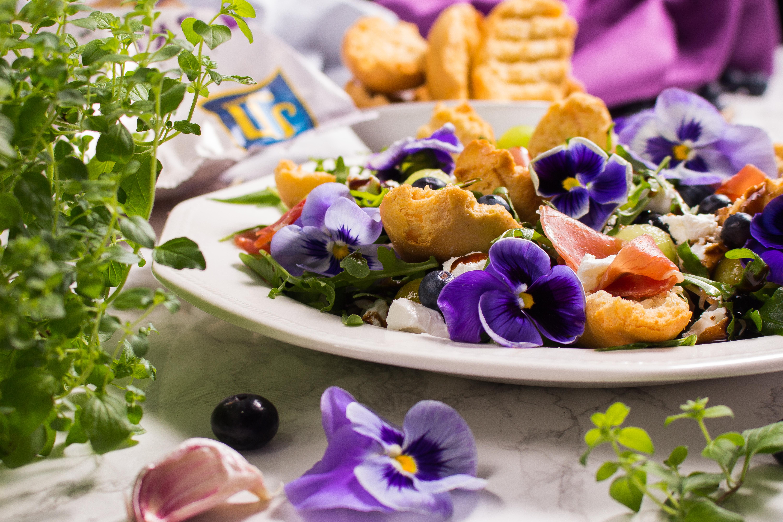 Bratni SKORPOR. Sałatka ze skorporami, kozim serem, szynką dojrzewającą, melonem, borówkami i bratkami.