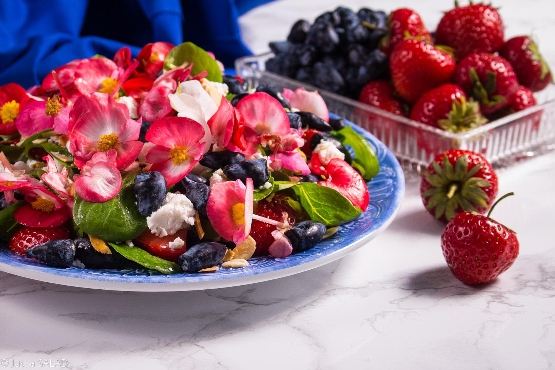 Kamczacki skarb. Sałatka z jagodami kamczackimi, truskawkami, płatkami migdałowymi, serem feta i begoniami.