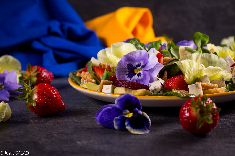 Sezamowy czar. Sałatka z truskawkami, awokado, burakami, serem z niebieską pleśnią, sezamkami i sosem chałwowym.