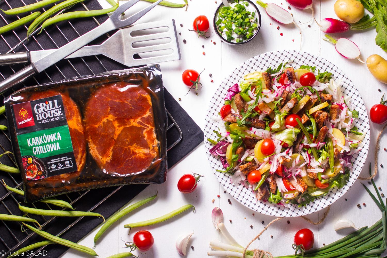 Warzywa na karku. Sałatka z karkówką z grilla i warzywami w sosie czosnkowym.
