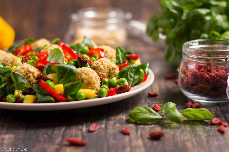 Grunt to zdrowie. Sałatka zserowo-warzywnymi kulami, groszkiem, papryką, mango i owocami goji.