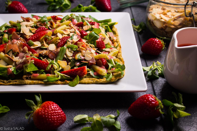 Kalafiorowy talerzyk. Sałatka na kalafiorowym talerzu, z roszponką, truskawkami, fasolką szparagową, szynką parmeńska, serem z niebieską pleśnią i truskawkowym sosem.
