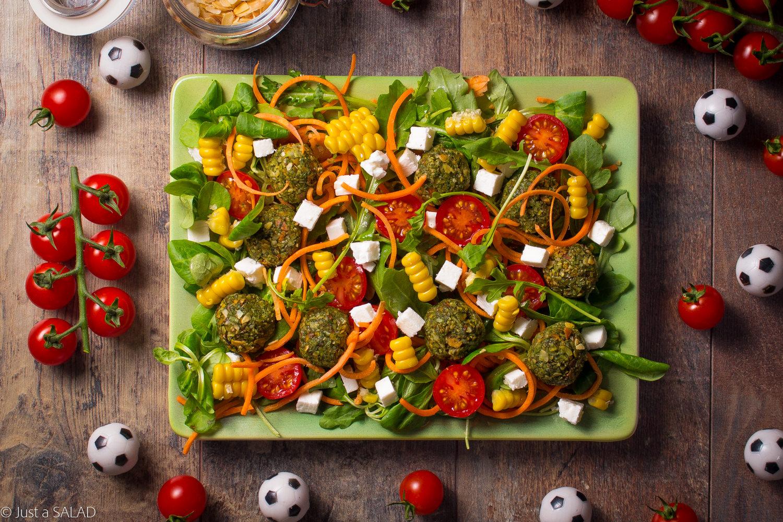 Zielony strzał. Sałatka z rukolą i roszponką, pomidorami, marchewką, kukurydzą, serem feta i zielonymi kulami.